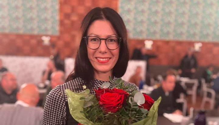 Bodil Hansson med en bukett röda rosor i handen